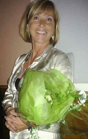 Ny suksess: Initiativtaker og festivalprodusent Anja Katrine Tomter parat med blom-ster til årets utøvere. Mange mente det var hun som skulle hatt en gedigen bukett for sin ildsjelinnsats i Hamar. Foto: Hilde Berit Evensen