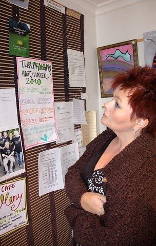 VIKTIG VEGG: På dagsenteret følger brukere med på aktiviteter og tilbud ved å se oppslagene på veggen ved inngangen.