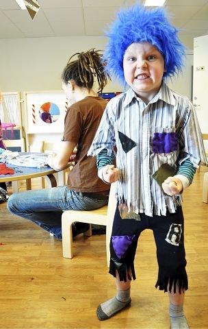 Sondre Ringdal (6) i Brøttet barnehage på Åssiden gleder seg til å kle seg ut som lykketroll igjen for å feire Drammens 200-årsdag i juni. 6-åringen har vært med på å sy dette kostymet av sine egne gamle klær.