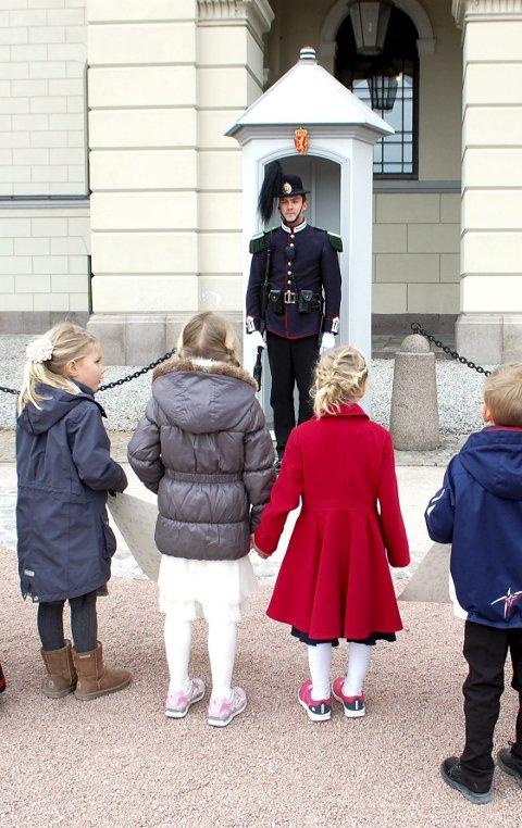 SLOTTSBAKKEN: Barn i høytidelig ærend.