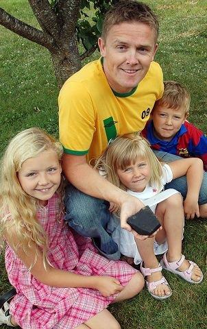 FANT STEIN:Frode Johansen med barna Eva Johanne (10), Ingrid (6) og Jone (7) fant en meteoritt i hagen.