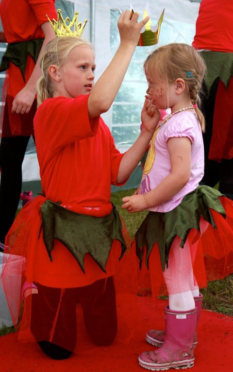 Små og store hjelpere sørget for at alle prinsessekandidatene ble behørig antrukket før undervisningen på prinsesseskolen startet.