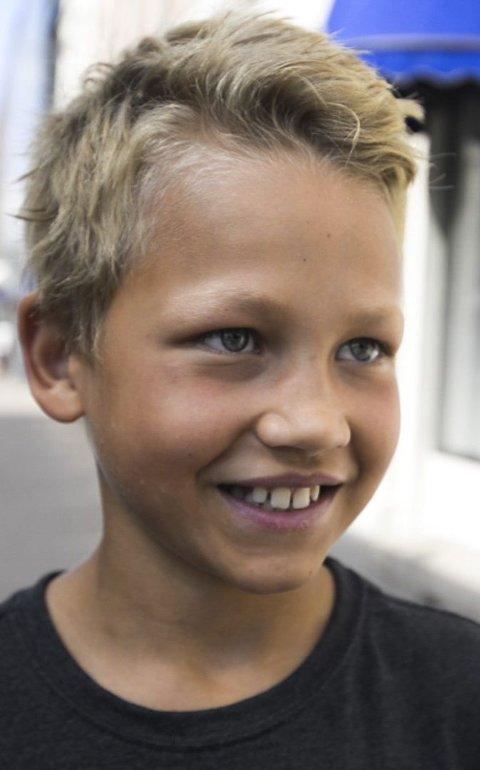 Gustav Wilhelmsen (10) sier «fotbalj».