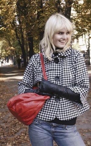 45410143 60-TALLET: Glamorøs kort jakke med hundetannsmønster. Jakken har 3/4 ermer