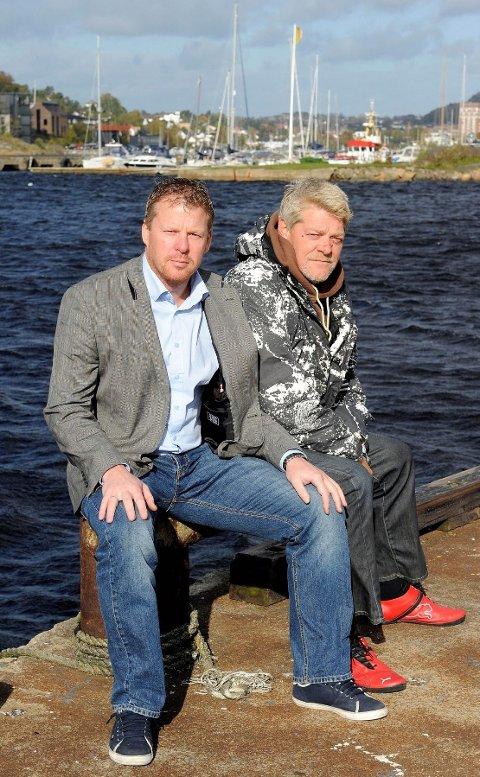 Rune jensen (til høyre) fikk raskt kontakt med svogeren Roger Iversen fra øya Klippen sørøst for Store Færder natt til søndag. Foto: Olaf Akselsen