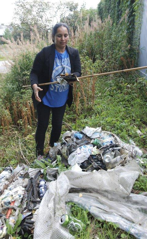 RYDDER: Rupinder Kaur fjerner søppel i Strandpromenaden.foto: tom arild dahl