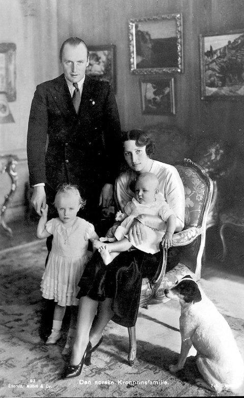FAMILIELYKKE: Kronprins Olav med prinsesse Ragnhild, mens prinsesse Astrid er trygt plassert hos mamma, kronprinsesse Märtha. POSTKORTENE ER UTLÅNT AV GUNNAR SANDBER