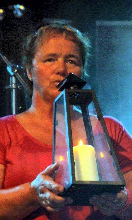 STILLE MINUTT: Marit Pettersen tente lys og markerte terroraksjonen.