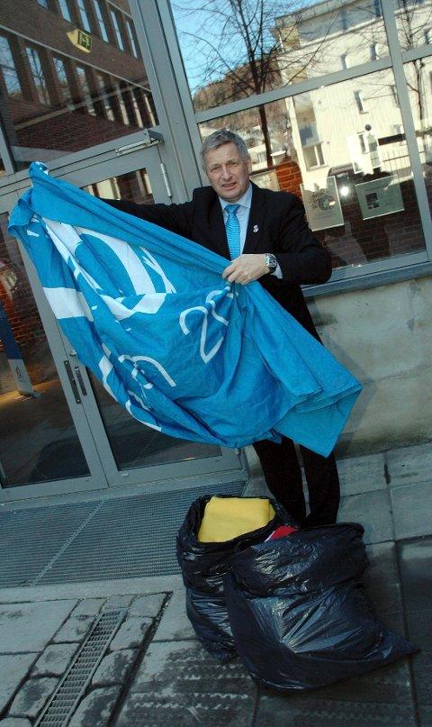Ordfører Tore Opdal Hansen er glad for å ha fått flaggene tilbake.