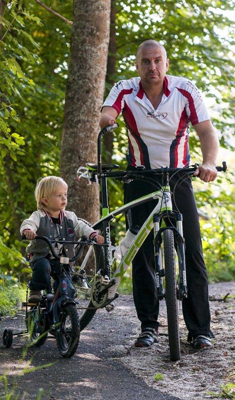 Gutta: Noah Alexander (2) og pappa Raymond Snersrud på sykkeltur. Foto: Bjørn Isaksen
