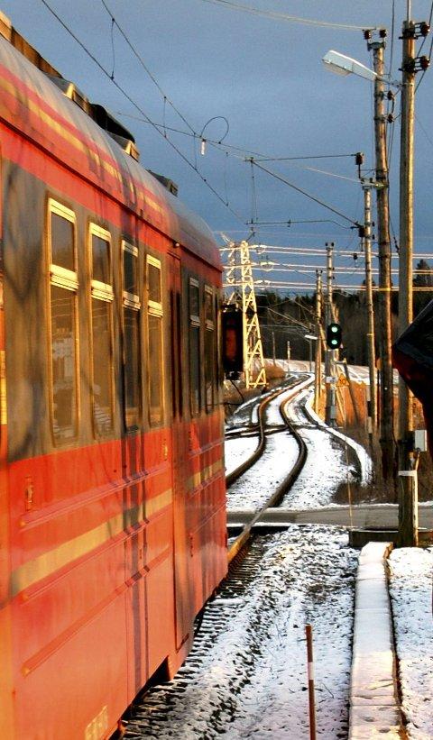 Signallys og skilt langs jernbanen blir borte når det nye togstyringssystemet kommer. Da får man signalene inn på en skjerm i toget via mobilsamband.  Foto: Bengt Røsth