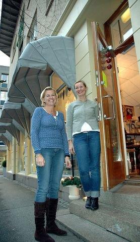 nyåpnet. Kari Enger (t.v.) har åpnet mange dører det siste året. Hun takker sine ansatte for suksessen. Til høyre er butikkansatt, Irene Kristoffersen. FOTO: GURI HARAM