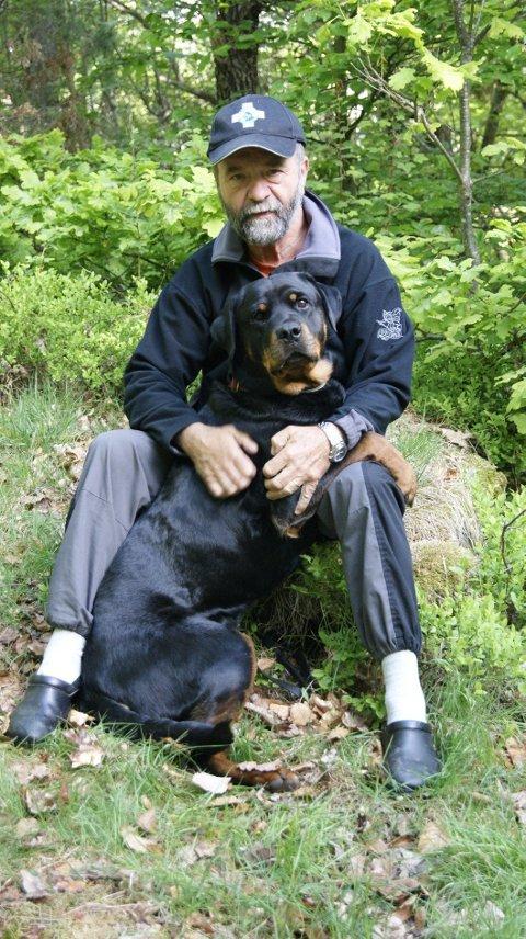 HUNDELIV: – Alle hunder må få være noe mer enn en kosehund. Terje Johanssen inviterer til sunne interesser for hund og eier. FOTO: PRIVAT