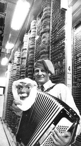 Teletekniker Tore Johansen fant opp Rundtomnissen som først ble kjent i 1977, et par år etterpå tok det helt av og telefonsvarerne med Rundtomnissens glade budskap gikk varme og sprengte hele telenettet. Bildet er tatt i 1980.