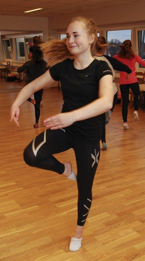 Sunniva Sande med dansere i GG.