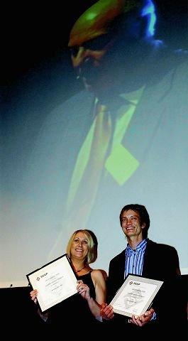 """ØB-journalistene Harald Wisløff og Elin Svendsen ble på SKUP-konferansen i helgen tildelt diplom for """"Anbudssaken i Ski""""."""