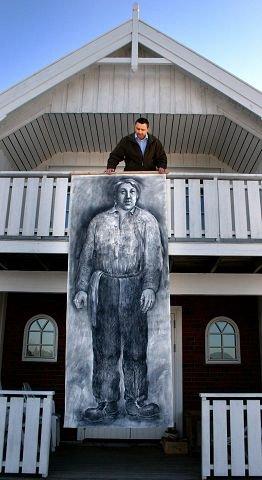 GIGANT: Den eneste muligheten for Eilev Bekjorden til å «se ned» på John Aasen er ved å stå på verandaen i andre etasje. FOTO: BENEDIKTE HJELLUM HÅKONSEN