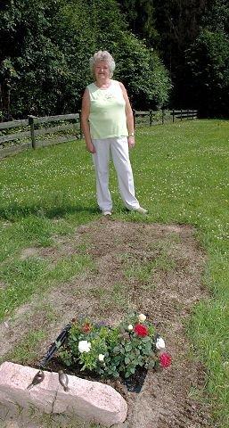 SAVNER GRESS: Anny Margrete Pedersen savner at det blir sådd gress på gravplassene.