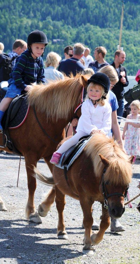 Malin (2) koser seg på hesteryggen.