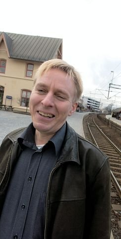 Terje Andersen er NSB-sjef i Østfold og han er optimist med tanke på å få flere passasjerer til å ta toget og tilbringerbussen til flyplassen.