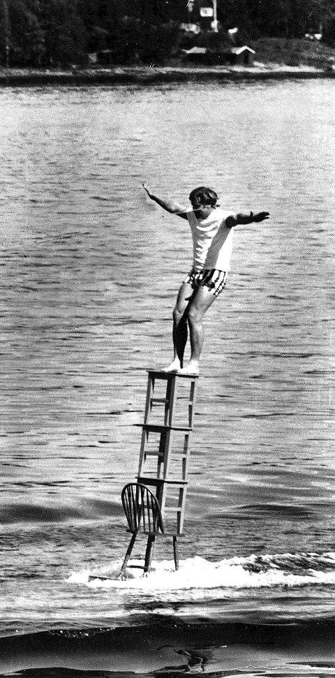 BALANSEKUNST: Den som klarte å gjøre dette stuntet etter ham skulle få en uke gratis på Høyerholmen, lovet Tomm Murstad for 50 år siden. Foreløpig har ingen klart det.