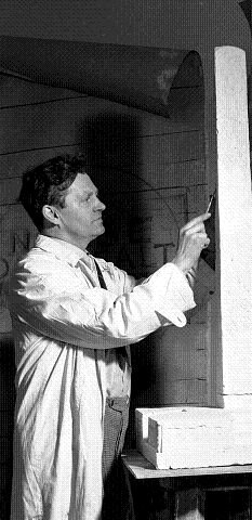Ørnulf Bast i arbeid med en modell av Konge-bautaen, som ble avduket i kong Haakons nærvær 10. juni 1950.