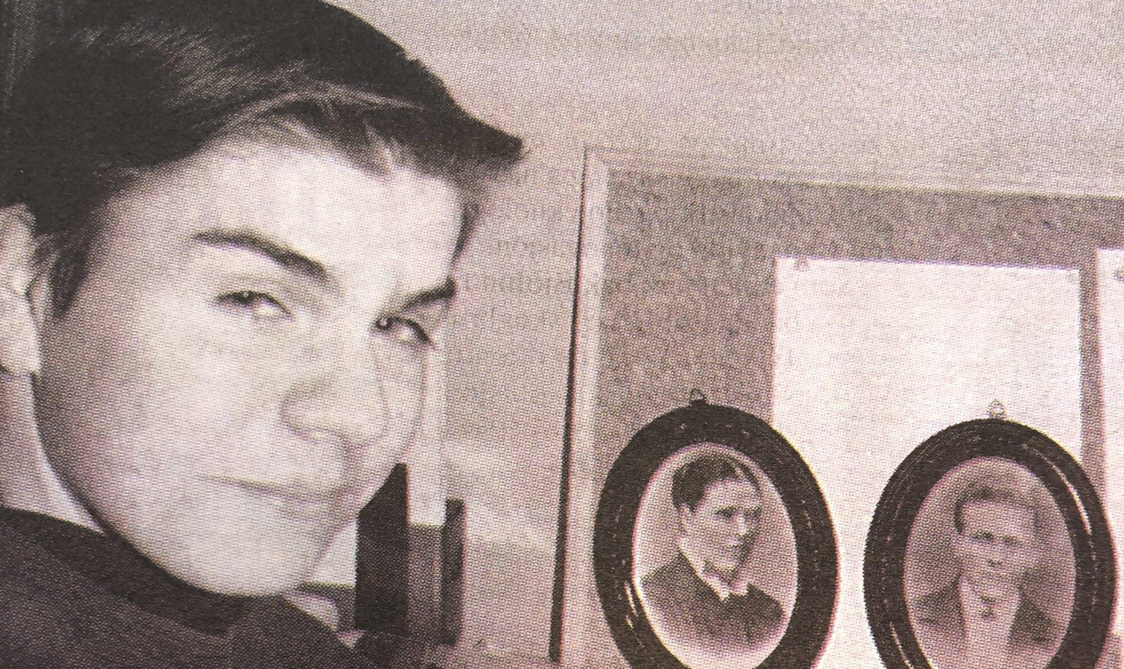 Han dekorerte veggene på gutterommet med gamle bilder av slekta